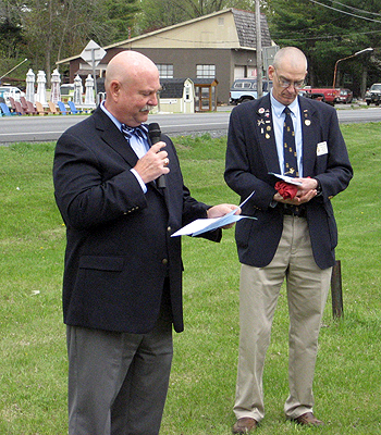 SAR President General J. Michael Tomme, Sr. (L) welcomed all to the event.