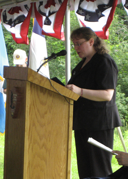 Gwynne Dinolfo Field Office Director, USCIS, administers the Oath of Allegiance